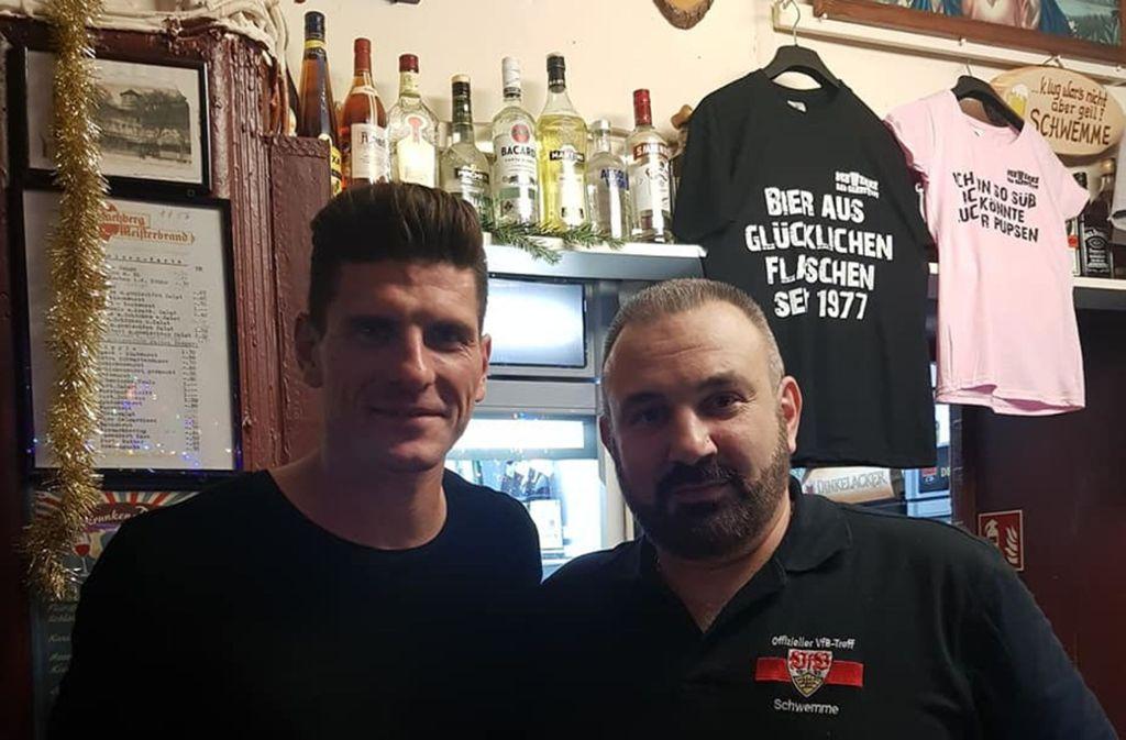 Von wegen keine High Society: Mario Gomez (links) bei einer Schwemme-Stippvisite im Dezember. Weitere Bilder des VfB-Profis in der Kneipe sehen Sie in unserer Bildergalerie. Foto: Schwemme