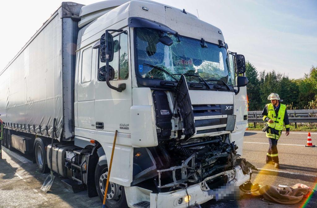 Bei einem Unfall auf der Autobahn 8 ist ein Sattelzug-Fahrer schwer verletzt worden. Foto: SDMG