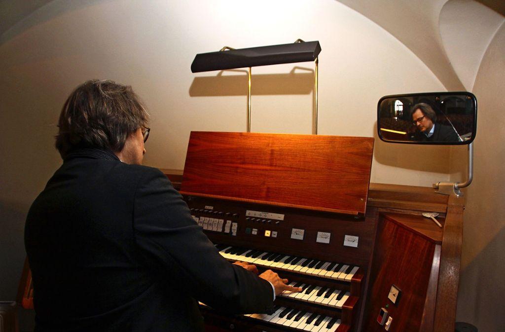 Helmut Deutsch am Spieltisch: Der Orgelprofessor ist von dem Potenzial des Instruments hellauf begeistert. Foto: Hans Jörg Wangner