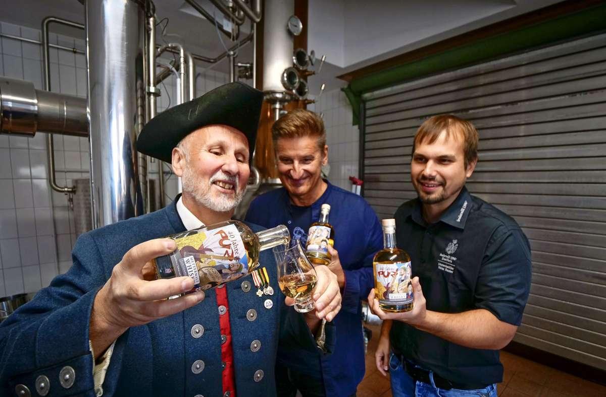 Wolfgang (links) und Tobias Fessler präsentieren zusammen mit Pur-Frontsänger Hartmut Engler  die  limitierte Sonderedition des Pur-Whiskeys. Foto: Simon Granville