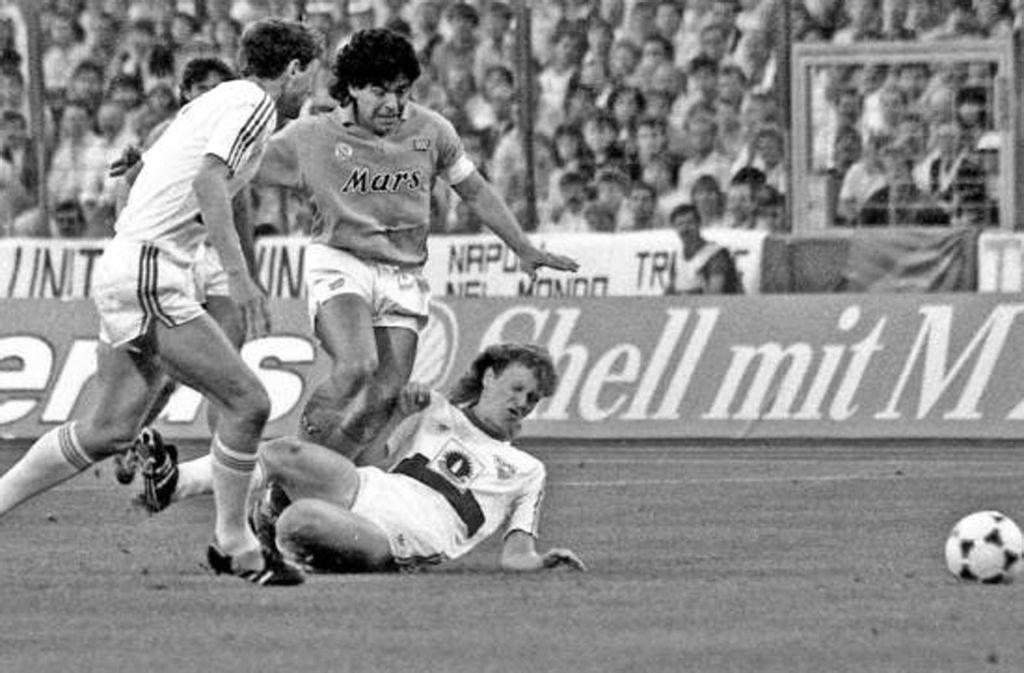 Diego Maradona (Mitte) im Duell mit Karl Allgöwer und Nils Schmäler. Foto: imago/Herbert Rudel