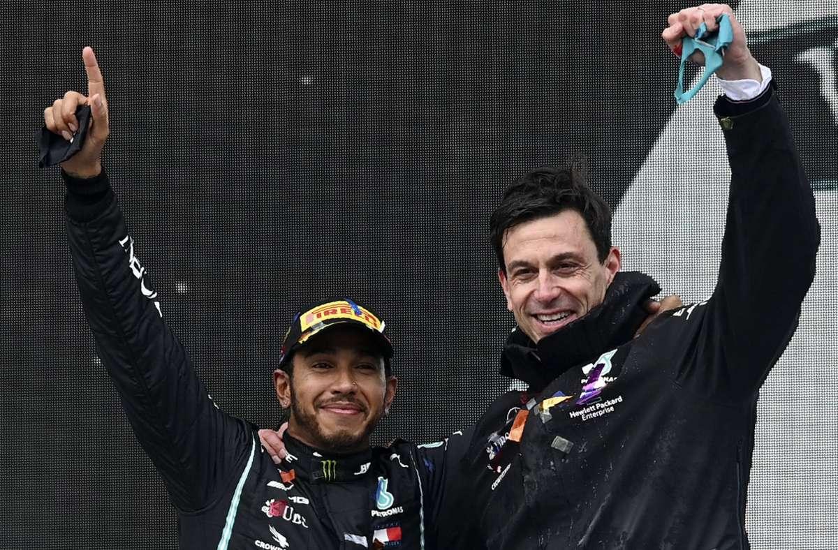 Noch haben sich Lewis Hamilton (li.) und Teamchef Toto Wolff nicht (wieder-)gefunden: Der ausgelaufene Vertrag des Formel-1-Weltmeisters bei Mercedes ist noch nicht verlängert. Foto: dpa/Ozan Kose