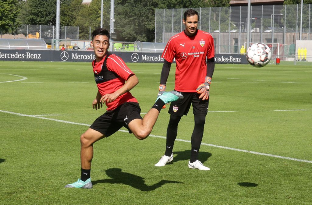 Hoch das Bein: Nicolas Gonzalez in seinem ersten Training für den VfB, unter Beobachtung von Torhüter Jens Grahl. Foto: Baumann