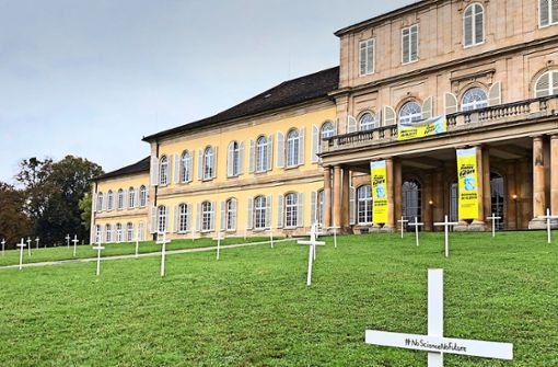Uni Hohenheim protestiert mit Kreuzen gegen das Sterben der Wissenschaft