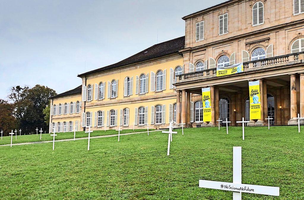Nein, das hier ist kein Friedhof, sondern der Protest der Uni Hohenheim gegen die Unterfinanzierung. Foto: Sibylle Netz