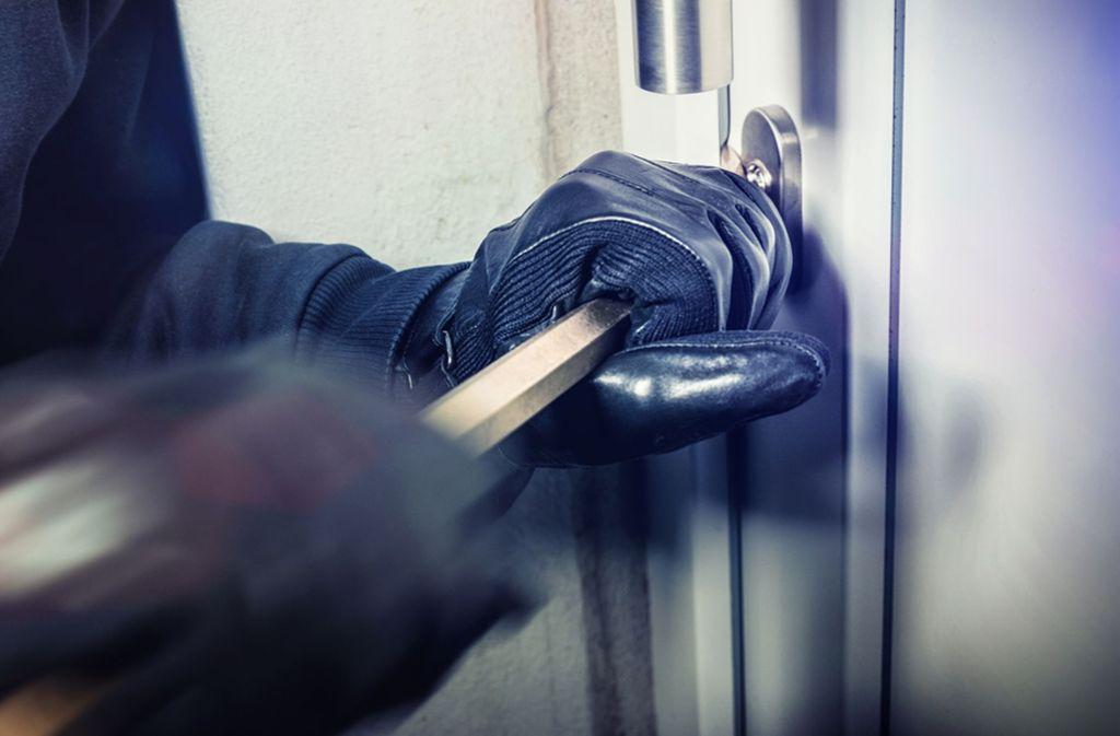 Im Inneren des Gebäudes brachen die Einbrecher mehrere Bürotüren auf. (Symbolbild) Foto: shutterstock/Alexander Kirch