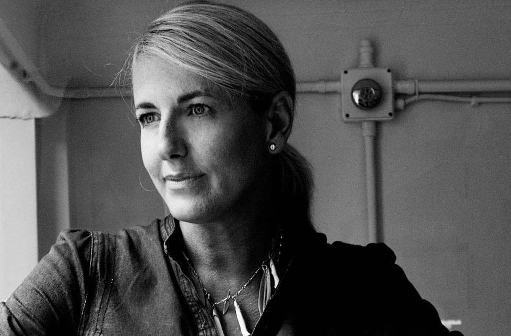 Patricia Urquiola wurde 1961 in Oviedo geboren, begann in Madrid Architektur zu studieren und beendete ihre Ausbildung bei Achille Castiglioni. Nachdem sie ihr Studio Urquiola in Mailand gegründet hatte, avancierte es in kurzer Zeit zu einem international beachteten Design- und Architekturbüro. Produkte und Möbel von Unternehmen wie Moroso, Kartell, Alessi und B&B Italia tragen heute ihre Handschrift. Foto: Max Zambelli for Mutina RITAGLIATA