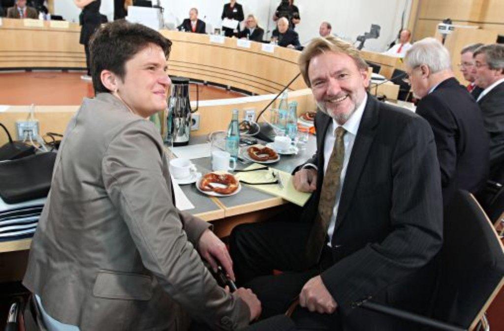 Die ehemalige Verkehrsministerin Tanja Gönner (links) und der damalige Vorstand Infrastruktur der Deutschen Bahn, Volker Kefer, sitzen am 4. November 2010 in der dritten Runde der Schlichtungsgespräche zu Stuttgart 21. Foto: dpa