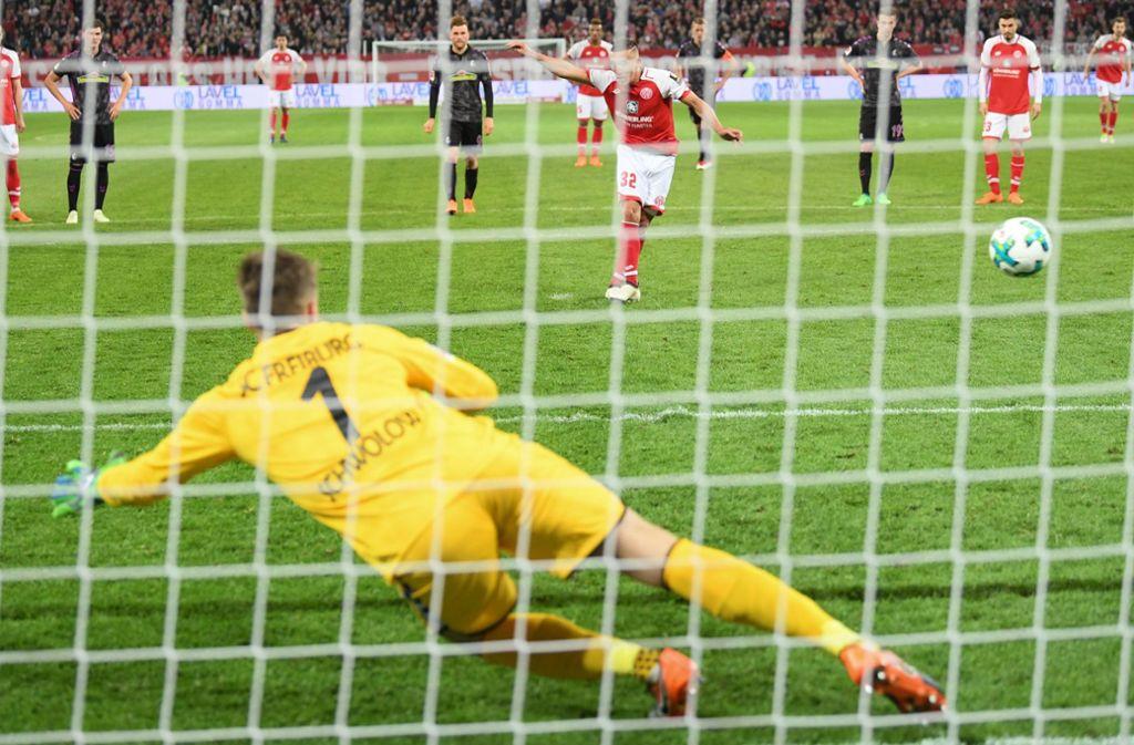 Der Mainzer Pablo de Blasis erzielt per Elfmeter das Tor zum 1:0 gegen Freiburgs Torwart Alexander Schwolow. Foto: dpa