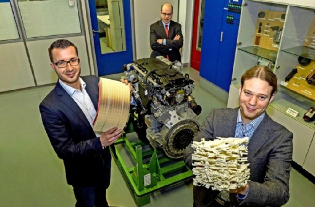 Die Doktoranden Alexander Traut (links) und Friedemann Hahn, im Hintergrund ihr Betreuer Martin Lehmann bei der Firma Mann+Hummel Foto: factum/Weise