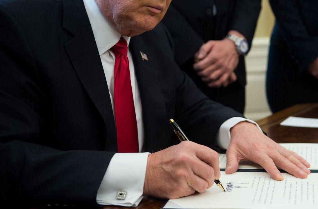 Donald Trump unterzeichnet Dekrete in großer Geschwindigkeit. Foto: AFP