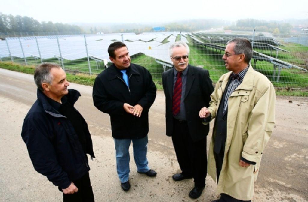 """Bernhard Vetter, Uwe Rupp, Wolfgang Schlund und Wolfgang Herz vor dem Solarpark """"Heimsol 8"""". Foto: Andreas Gorr"""