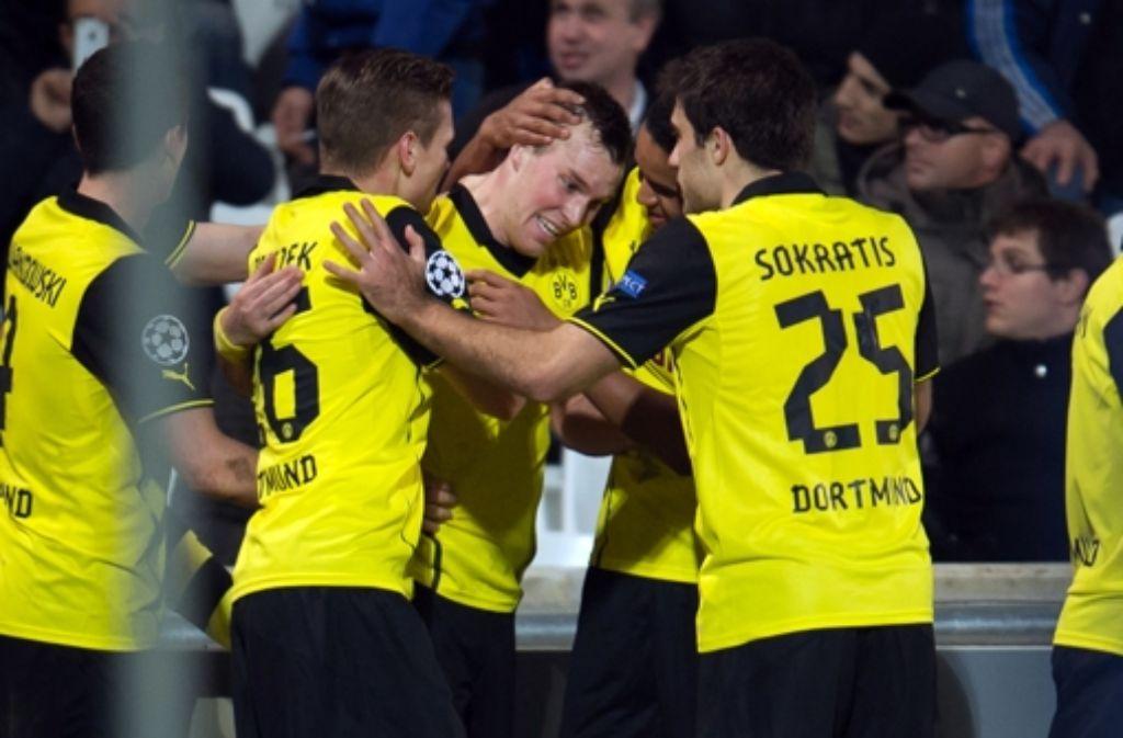 Glücksmoment: die Dortmunder herzen den Siegtorschützen Kevin Großkreutz (Mitte) Foto: AFP