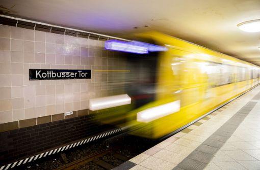 Mann vor U-Bahn gestoßen - Suche nach Täter auf Hochtouren