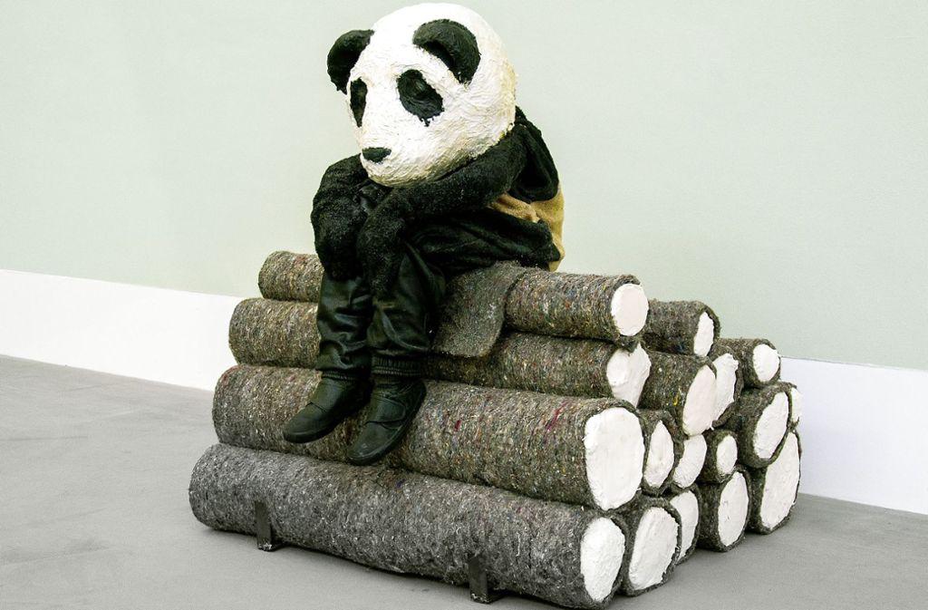 "Melancholisches Geschöpf: Laura Fords ""Logpile Panda"" Foto: Brandes"