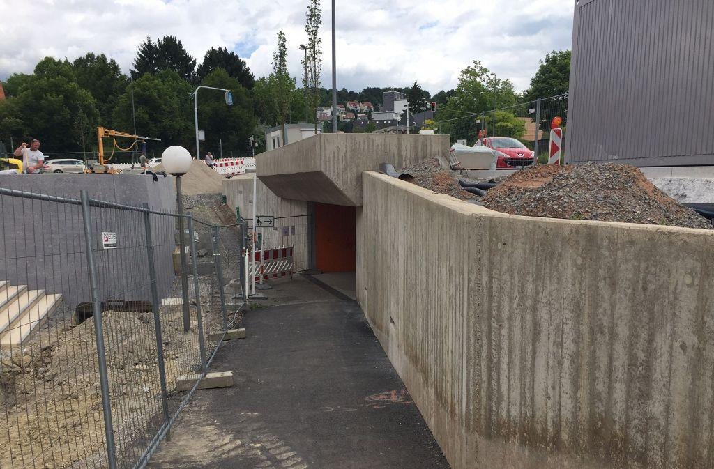 Der Fußgängertunnel wird wegen der Fertigstellung des Rathausvorplatzes gesperrt. Foto: Henning Maak