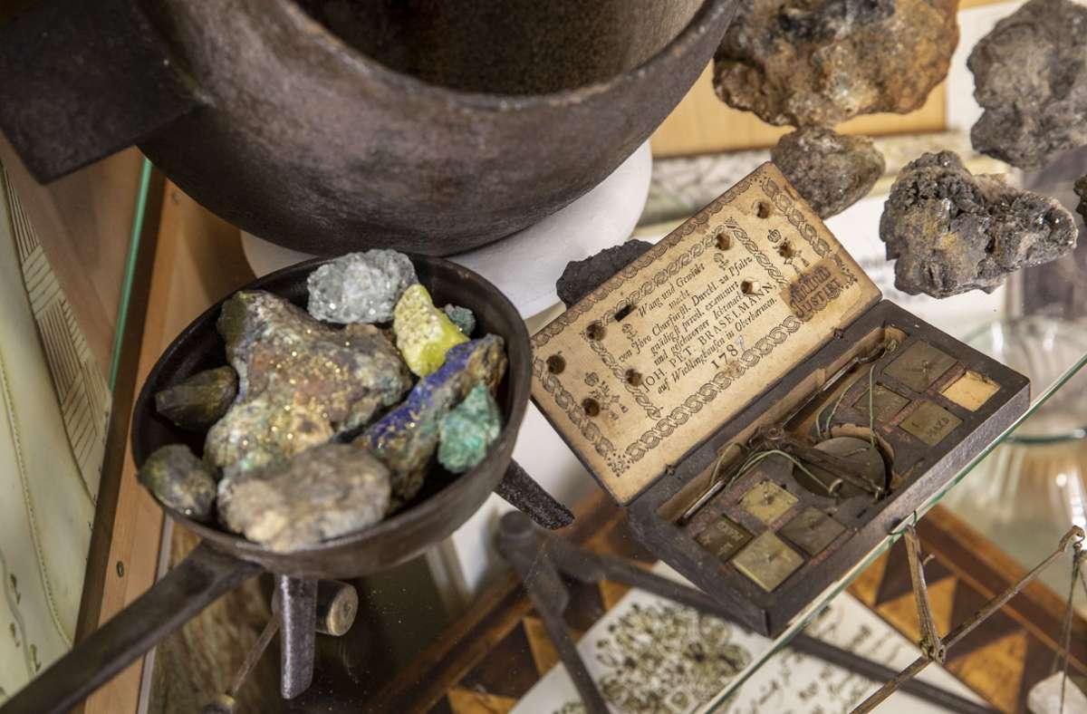 Ein  alter Schmelztiegel und eine Feinwaage erinnern an den Spiegelberger   Silberrausch. Foto: Frank Eppler