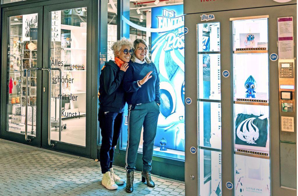 Künstlerin Oda (li.) und Galeristin Dagmar K. Schill am Kunstautomat Foto: Axel Schulz