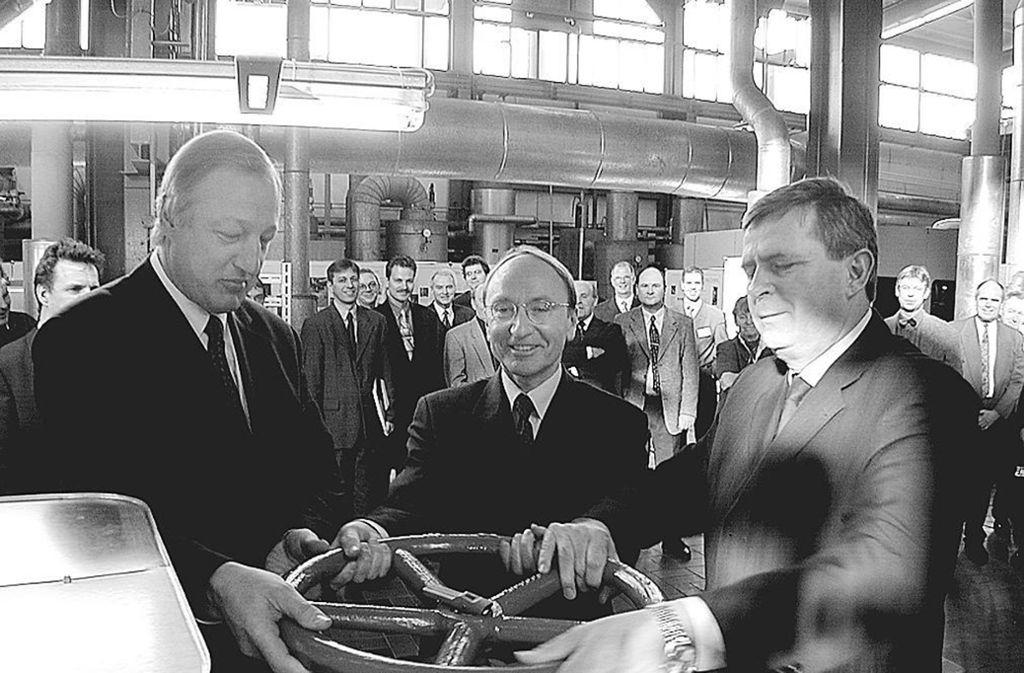 Johannes van Bergen,,Oberbürgermeister Joachim Rücker und der Werkleiter Hans-Heinrich Weingarten verbanden 2001 Daimler symbolisch mit den Stadtwerken. Foto: Stampe