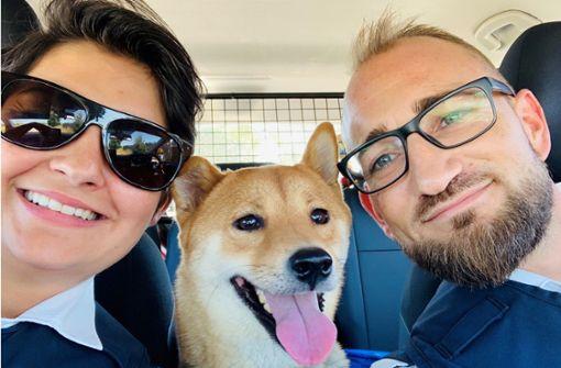 Selfie von Polizisten mit Findelhund begeistert das Netz