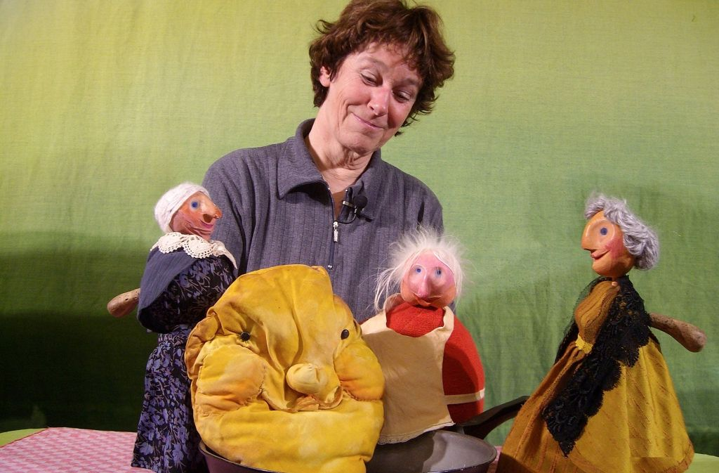 Die drei Frauen haben kein Glück mit dem eigensinnigen Pfannkuchen. Foto: Veranstalter