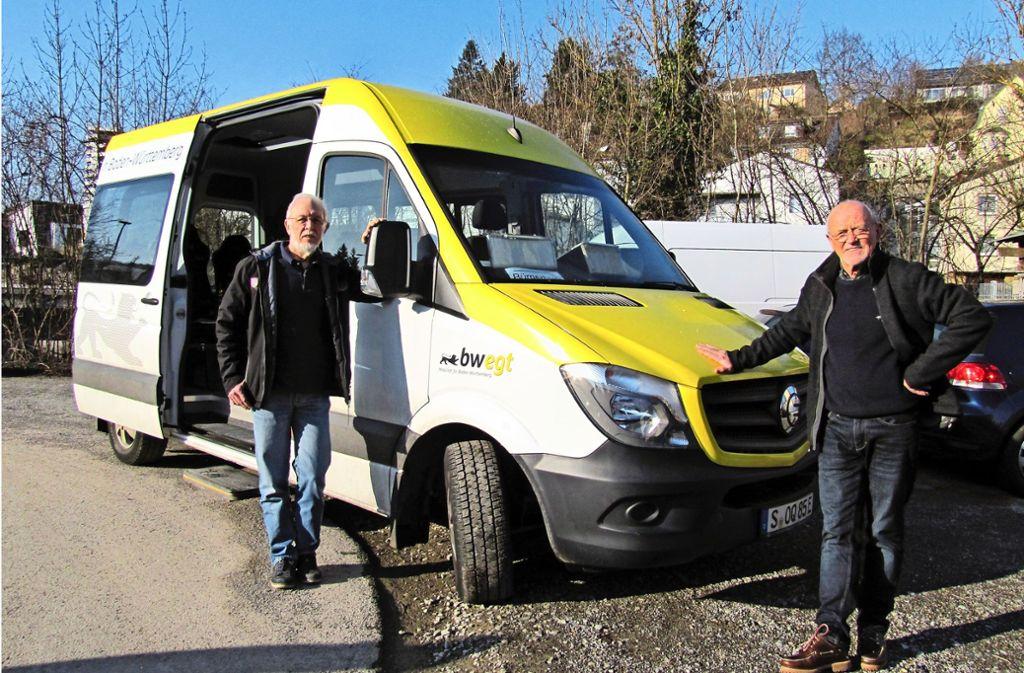 Seit 1. Dezember steht dem Bürgerbusverein dieser E-Bus für eine Probezeit kostenlos zur Verfügung. Horst Kaz (links) und Jürgen Hoedt (rechts) berichten von ihren Erfahrungen. Foto: Claudia Barner
