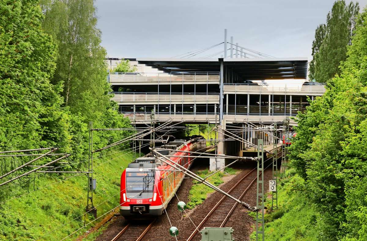 Die S-Bahn-Strecke bei Echterdingen mit dem markanten Parkhaus: Die Trasse wird möglicherweise doch nicht für Gäubahnzüge gebraucht werden. Foto: Thomas Kraemer