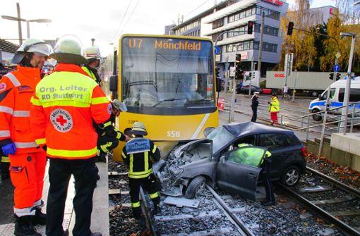 Auto fängt nach Kollision mit Stadtbahn Feuer