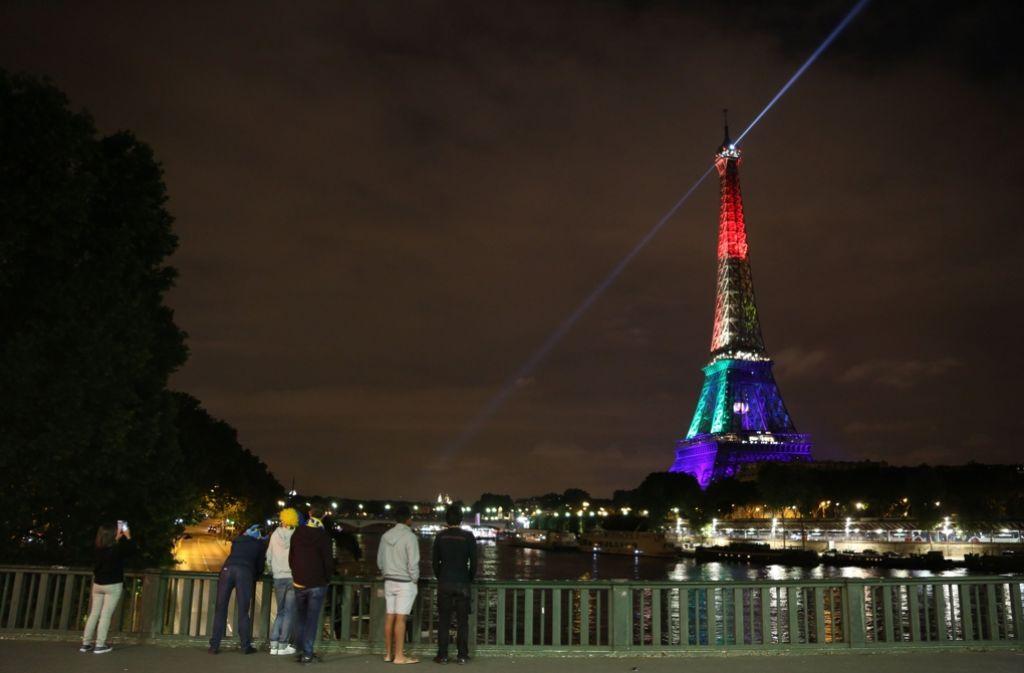 In der ganzen Welt gedenken Trauernde der vielen Opfer des blutigen Anschlags in Orlando. So auch in Paris, wo der Eiffelturm in der Nacht auf Dienstag in den Regenbogenfarben erstrahlte. Foto: GETTY IMAGES NORTH AMERICA