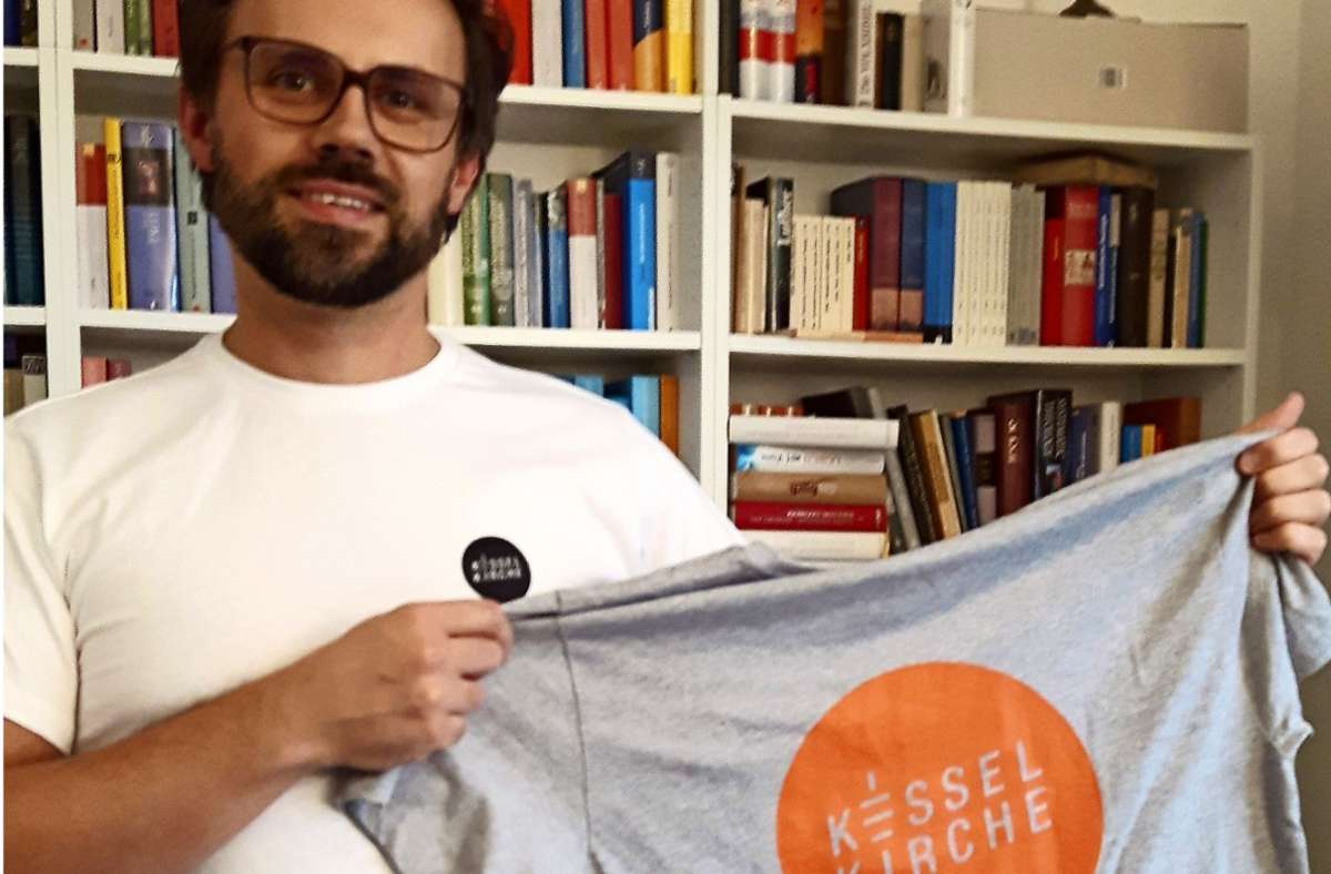 Pastor Martin Englisch mit einem T-Shirt der Kesselkirche. Foto: Eva Funke