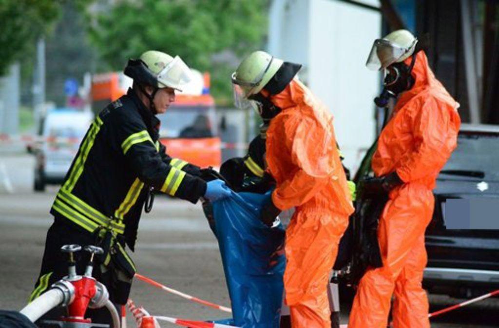 Die Feuerwehr Stuttgart ist am Dienstagnachmittag zu einem Gefahrstoffunfall in die Eiswelt Stuttgart nach Stuttgart-Degerloch gerufen worden. Giftiges Ammoniak war ausgetreten. 50 Kinder mussten eine Halle vorsorglich verlassen. Foto: FRIEBE|PR/ Sven Friebe