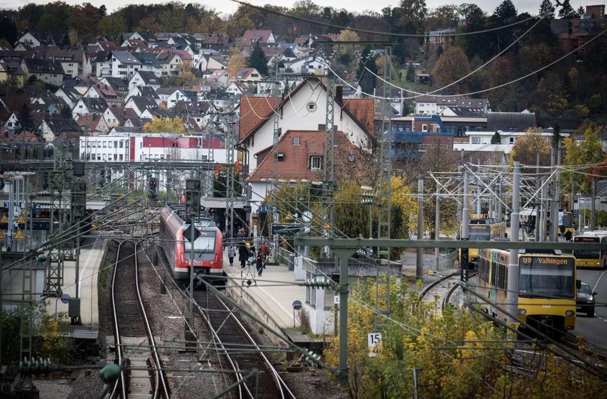 Die Vaihinger Bahnhof ist eine wichtige Verkehrsdrehscheibe. Foto: Lichtgut/Achim Zweygarth