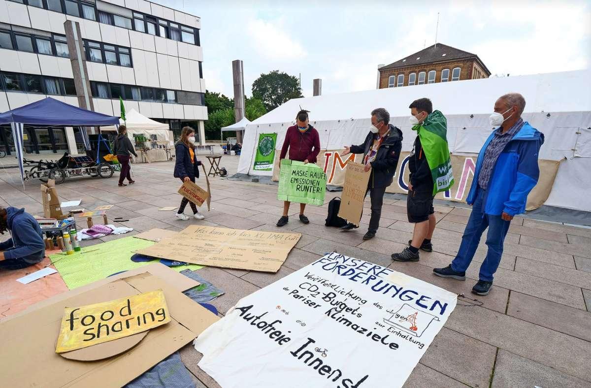 Für die Demo werden während des  Klimacamps Schilder gemacht. Foto: Simon Granville