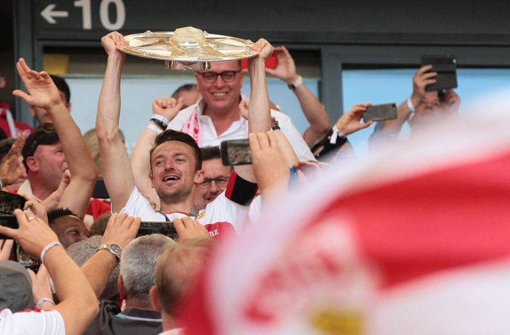 Christian Gentner mit der Meisterschale der zweiten Liga. Foto: Baumann