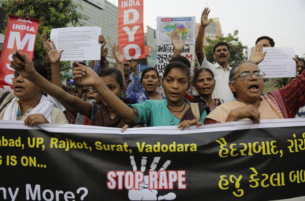 """rauen halten Protestschilder und ein großes Banner mit der Aufschrift """"Stoppt Vergewaltigung"""" während eines Protestes. In mehreren indischen Städten gingen Frauen nach dem Fund einer vergewaltigten und getöteten 27-jährigen Tierärztin auf die Straßen. Foto: Ajit Solanki/AP/dpa"""