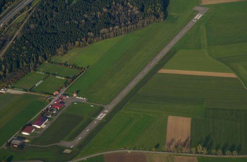 Junge Männer laufen über Landebahn – Flugzeuge können nicht landen