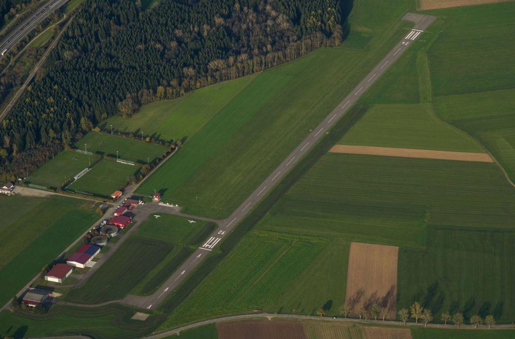 Die jungen Männer spazierten über die Landebahn des Flugplatzes in Leutkirch. Foto: imago/Kickner/imago stock&people