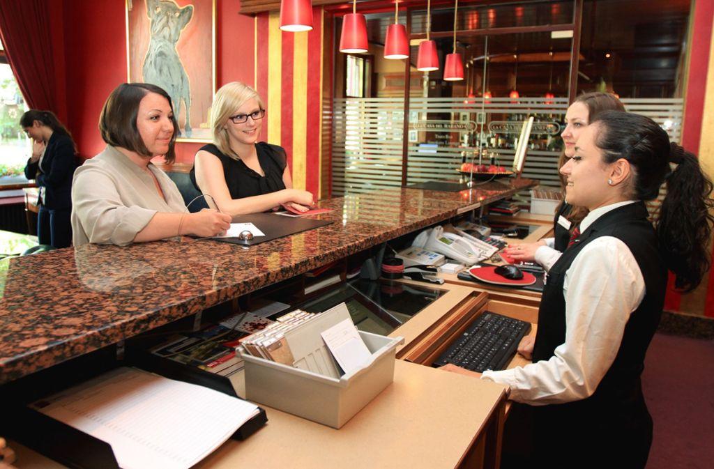 Im Hotel- und Gaststättengewerbe sind Überstunden oft an der Tagesordnung. Foto: dpa