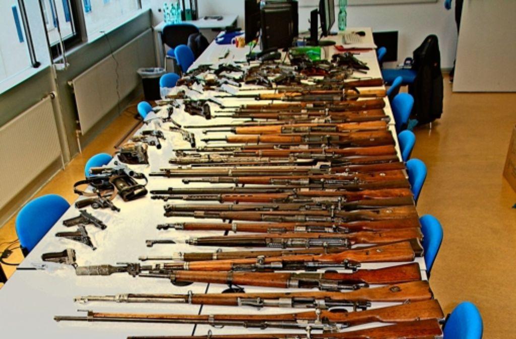 Mehr als 200 Waffen entdeckte die Polizei in dem Keller in Sachsenheim – manche davon schussbereit. Foto: Polizei
