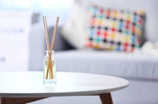 So stellen Sie Ihren individuellen Raumduft selbst her. Anleitungen für DIY-Stäbchen-Diffuser, Duftsäckchen und Raumsprays finden Sie hier.