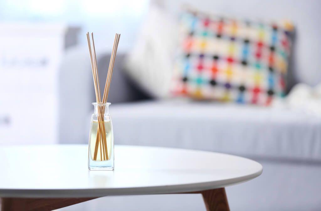 So stellen Sie Ihren individuellen Raumduft selbst her. Anleitungen für DIY-Stäbchen-Diffuser, Duftsäckchen und Raumsprays finden Sie hier. Foto: Africa Studio / Shutterstock.com