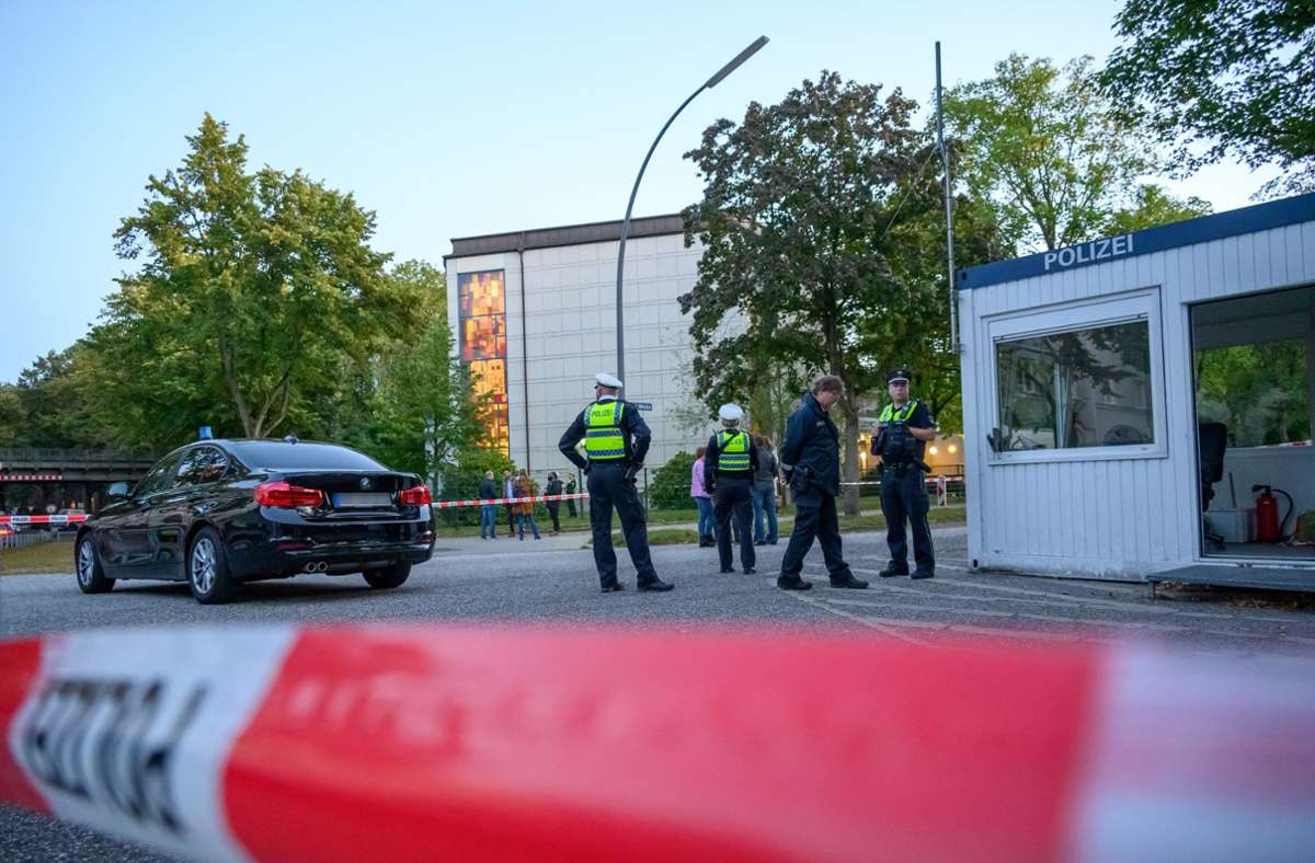 Die Polizei sperrte den Tatort ab. Foto: dpa/Jonas Walzberg