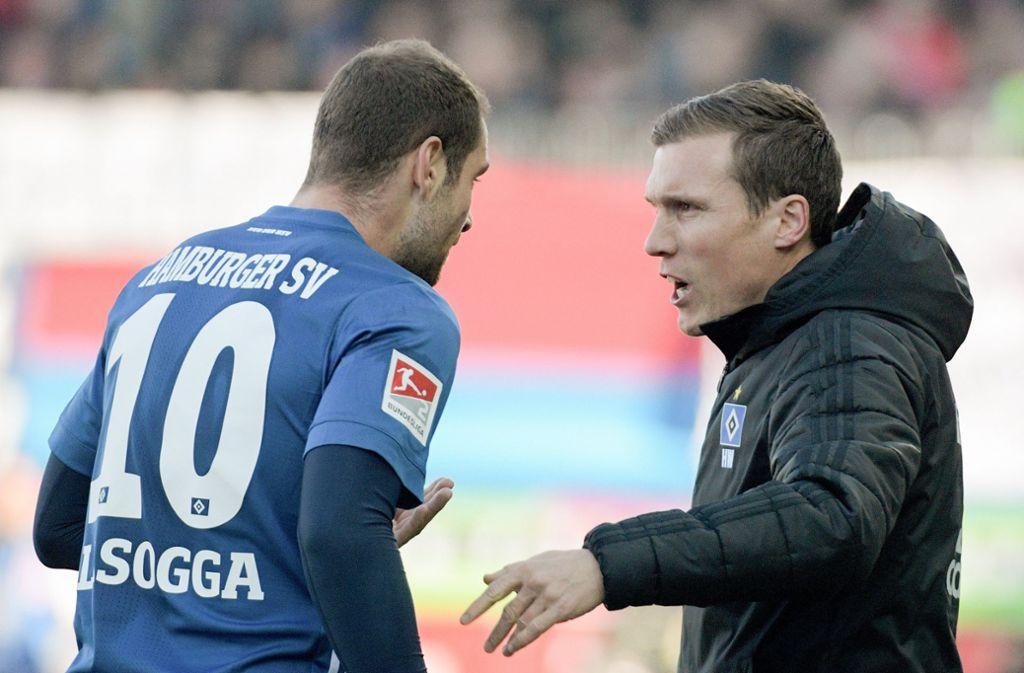 HSV-Stürmer Pierre-Michel Lasogga (links) diskuti ert mit Trainer Hannes Wolf. Foto: dpa