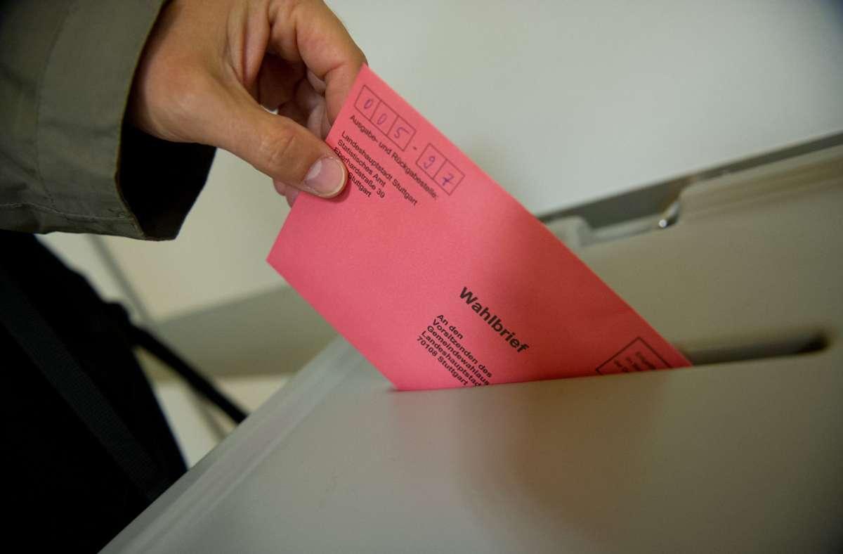 Wer im Wahllokal seine Stimme abgibt, muss einen Mund-Nasen-Schutz tragen – es sei denn medizinische Gründe sprechen dagegen. Foto: dpa/Marijan Murat