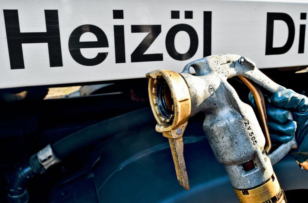 """Ist das Heizöl bald Geschichte? Wer seine alte Ölheizung durch ein klimafreundlicheres Modell ersetzen lässt, soll eine """"attraktive Austauschprämie"""" bekommen. Foto: dpa/Patrick Pleul"""