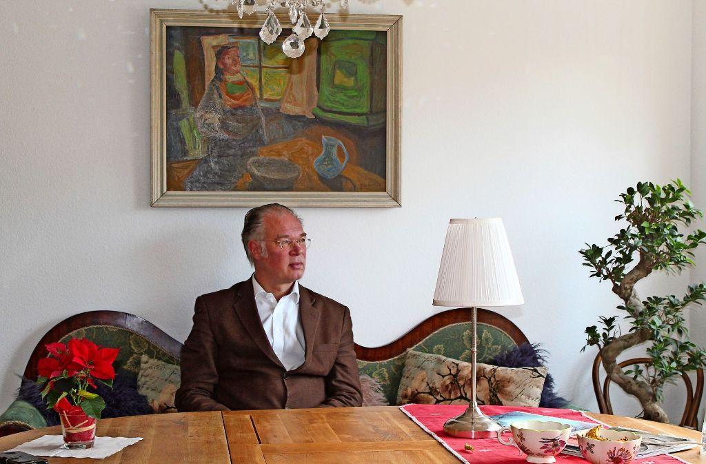 Das Bild, das über dem Sofa im Esszimmer hängt, hat Friedbert Baur auf einem Flohmarkt in Oslo gekauft. Für ihn hat es viel mit seinem Gottesverständnis zu tun. Foto: Sabine Schwieder