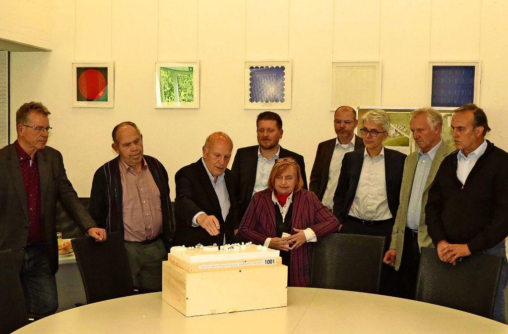 Eckart Rosenberg (am Modell) stellte den Stadträten, Bürgermeister Koch  und der Stadtwerke-Spitze den Siegerentwurf vor. Foto: Häusser