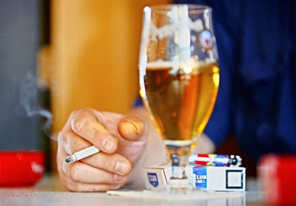 Alkohol und Zigaretten gehören oft zusammen – mit teilweise fatalen gesundheitlichen Folgen. Foto: AP