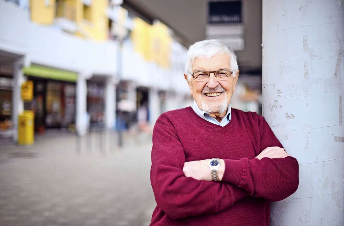 Respekt! Der ehemalige Geschäftsführer der Jugendhausgesellschaft Stuttgart, Walter Häbe (90),  kümmert sich ehrenamtlich um Flüchtlinge in Neugereut. Foto: Lichtgut/Max Kovalenko