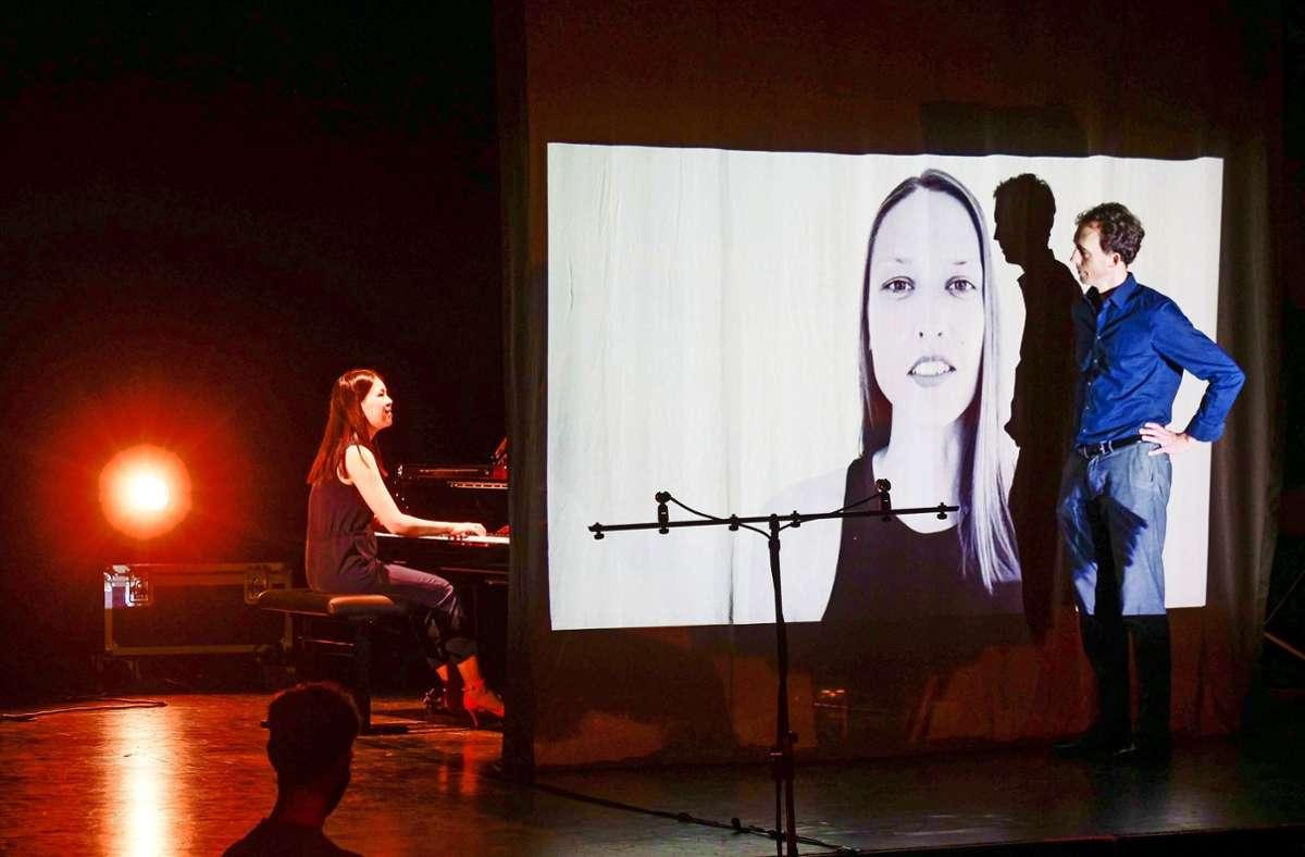 Der Poet Timo Brunke und die Pianistin Hanni Liang halten die Poesie des Augenblicks im Alltäglichen fest. Foto: Simon Granville